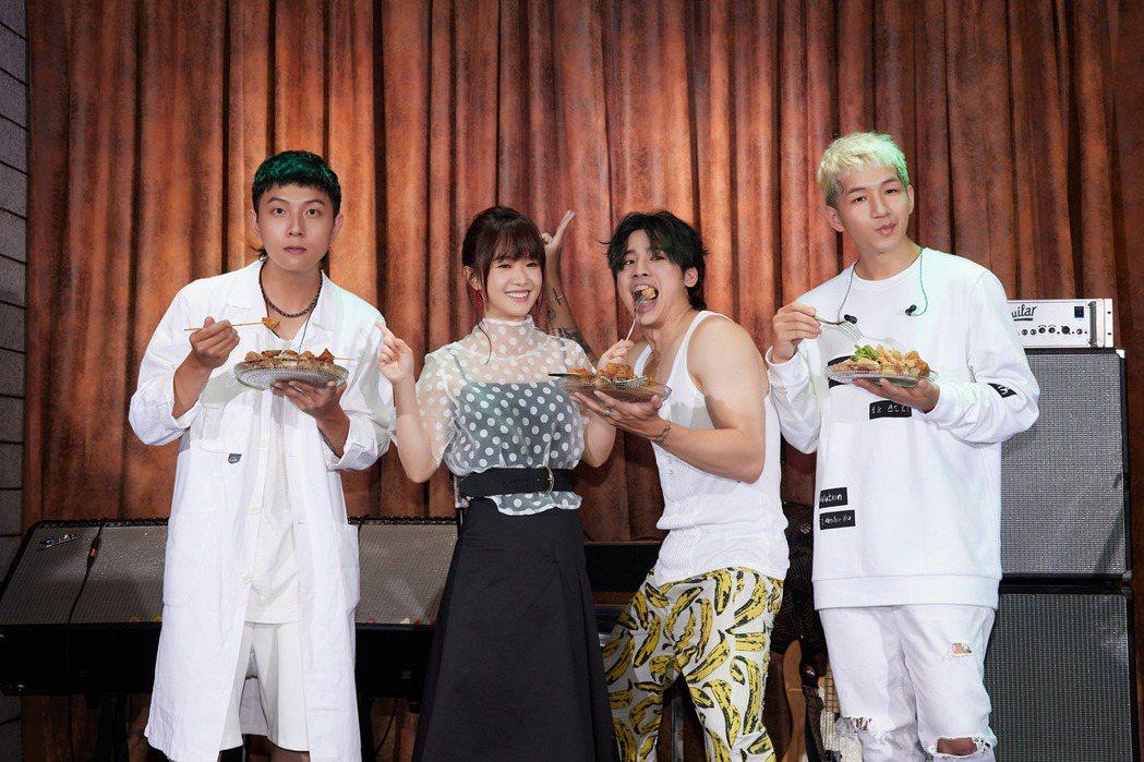 嚴正嵐(左二)捧超級鹽酥雞海祝福鹿洐人專輯大賣。圖/福桑音樂提供