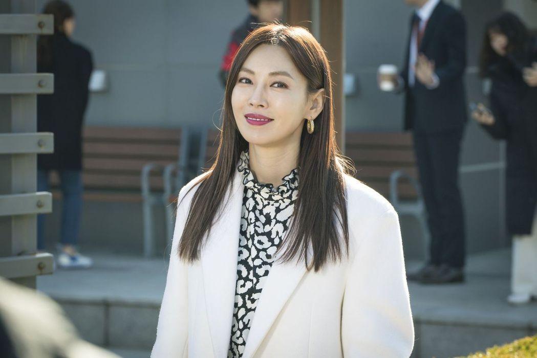 金素妍在「世上最漂亮的女兒」劇中憑藉實力和能力,成為職場女強人。圖/中天娛樂台提...