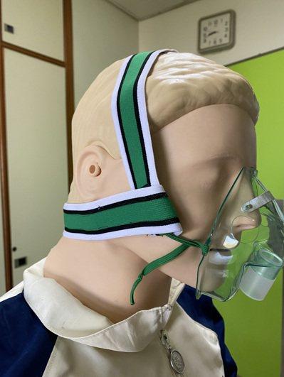 台北榮總研發「金惜皮氧氣面罩專用帶」,可預防壓力性損傷發生。圖/北榮提供