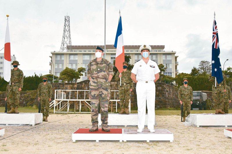 日本十一日與美國及法國舉行聯合軍演,美法軍官代表在長崎縣佐世保的陸上自衛隊相浦基地參加開幕式。(法新社)