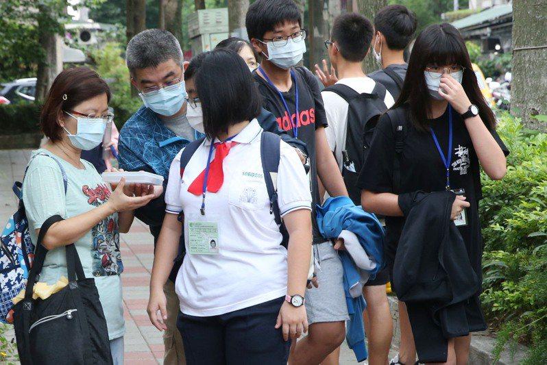 國中教育會考周六、日登場,疫情指揮中心昨宣布「會考不會停」,但不開放陪考,考生入場要量體溫、全程戴口罩;各試場將開放冷氣。本報資料照片