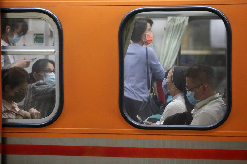 新冠肺炎疫情警戒升級,本月十五日至六月八日高鐵及台鐵城際列車取消站票(自由座)。記者胡經周/攝影
