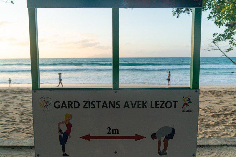 塞席爾海灘今年1月張貼告示牌提醒民眾,保持2公尺社交距離防疫。新華社