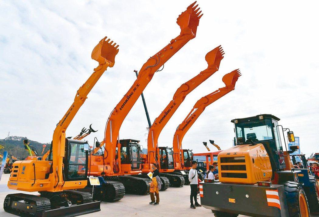 大陸4月PPI年增6.8%創三年半新高。圖為福建龍岩市舉行的工程機械產品展覽。 ...