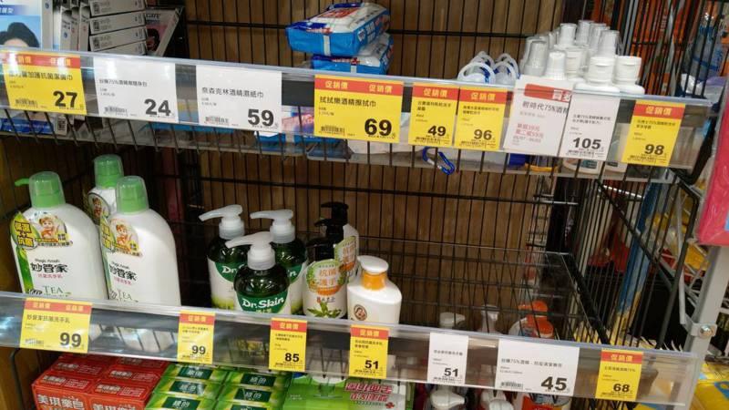 宜蘭傳出五起確診案例,民眾搶買防疫用品,架上的部分物品已經被買光。記者戴永華/攝影