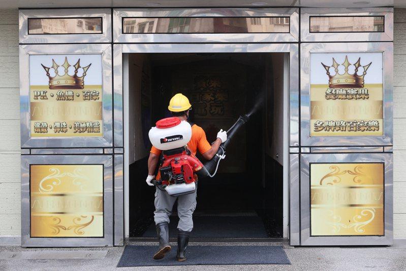 宜蘭爆發遊藝場群聚感染事件,羅東鎮公所11日派員在遊藝場大樓周遭緊急消毒。(記者潘俊宏/攝影)