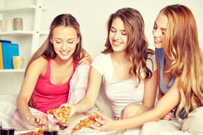一名網友發文分享知名比薩店推出的新口味「肉粽比薩」,奇特的組合讓他直呼不可思議。圖片來源/ingimage