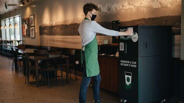 顧客只要在來店購買咖啡時支付1美元押金,即可向星巴克租借可重複利用的環保杯來裝買...
