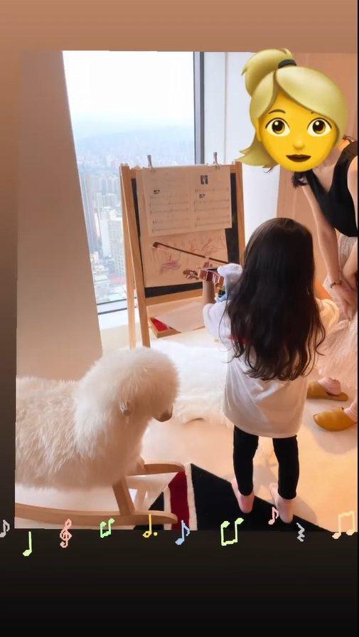 昆凌分享女兒練習拉小提琴的畫面。 圖/擷自昆凌IG