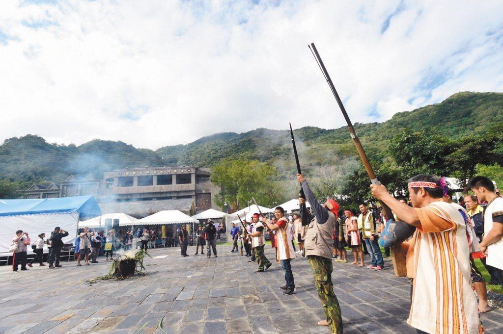 2015年12月,因王光祿無法緩刑,布農族人到海端鄉百年文物返鄉特展會場外,鳴槍、升狼煙,控訴政府對原住民狩獵文化的歧視。 圖/聯合報系資料照