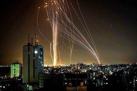 「軍隊正在大舉集結,這是2014年加薩戰爭以來的最大規模轟炸!」 圖/法新社