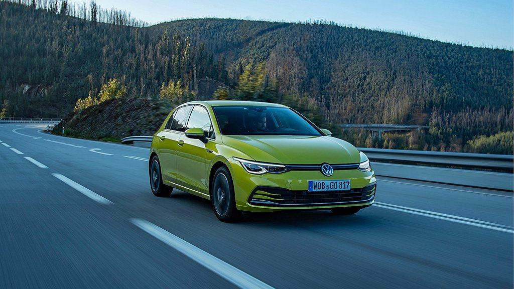 全新第八代福斯Golf的車頭擁有全新運動化保桿,車身設計則展現空氣力學的提升,車...