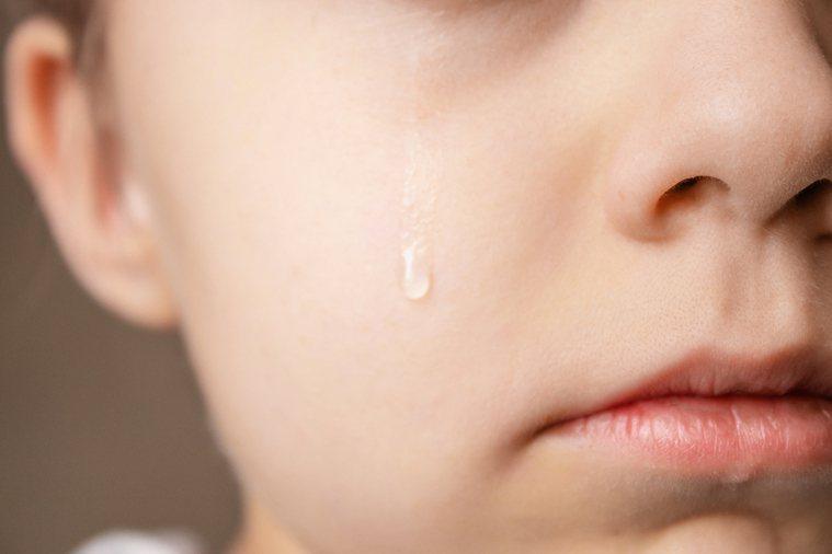 一滴眼淚中,不僅僅是含有鹽分而已,其實還含有人體內眾多循環化學物質的痕跡,如果能...