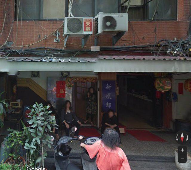 網友驚見「鴻達茶藝館」門口坐了一整排女子,讓他不禁直呼「究竟是賣什麼茶?」。圖/翻攝自PTT八卦板