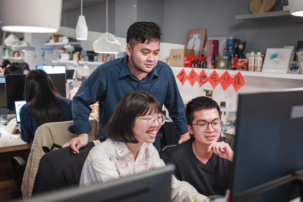 林大涵與同事們討論募資案的各種方向與可能。記者沈昱嘉/攝影