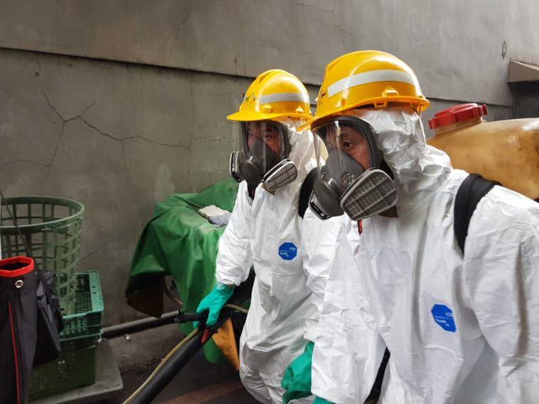 北市環保局今下午接獲通知後,即刻至萬華地區進行消毒。圖/北市環保局提供