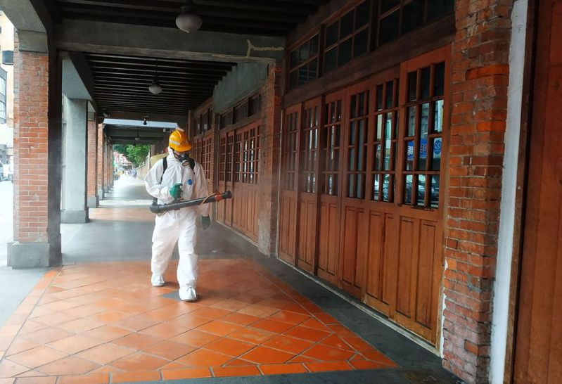 萬華區茶藝館出現確診個案,防疫人員至周邊環境進行消毒作業。圖/北市環保局提供