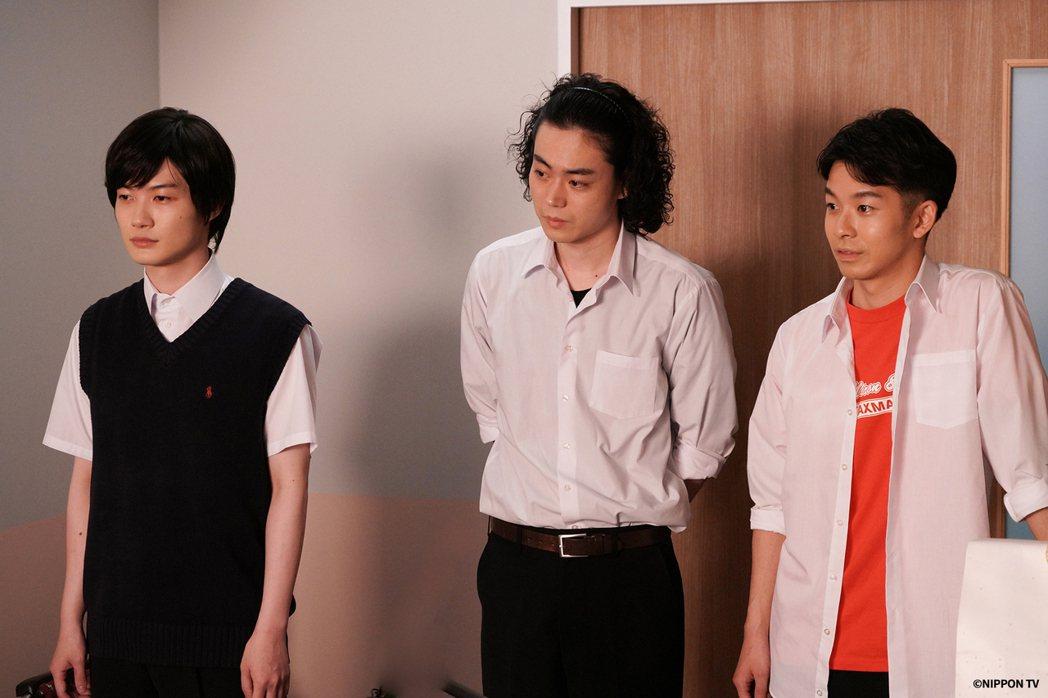 菅田將暉在劇中扮演一個安定的力量,誠懇、真摯的演出牽繫著其他演員,讓他們能盡情發...