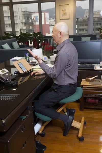 ▲何湯雄用坐姿矯正椅與書本架保護頸椎。(圖片來源:陳弘岱攝影)