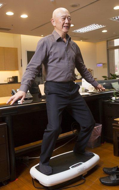 ▲何湯雄的辦公桌下放著水平律動儀,找到空檔或想動一動,都會站上去活動筋骨。(圖片...