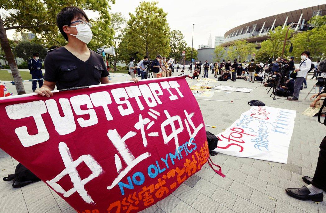 東京奧運辦不辦已非防疫問題,而是「政治問題」了。圖為東京反對奧運的抗議民眾,圖中...