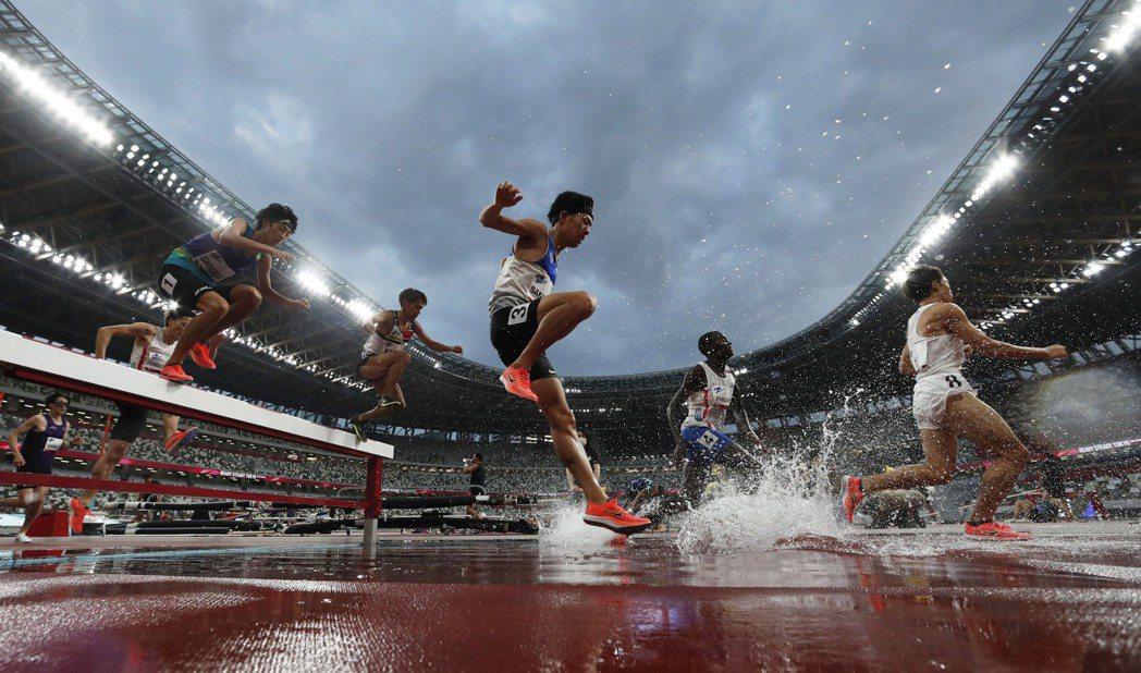 圖為2021年5月舉行的奧運田徑項目測試賽。奧運停辦的程序並沒有非常複雜,雖說理...