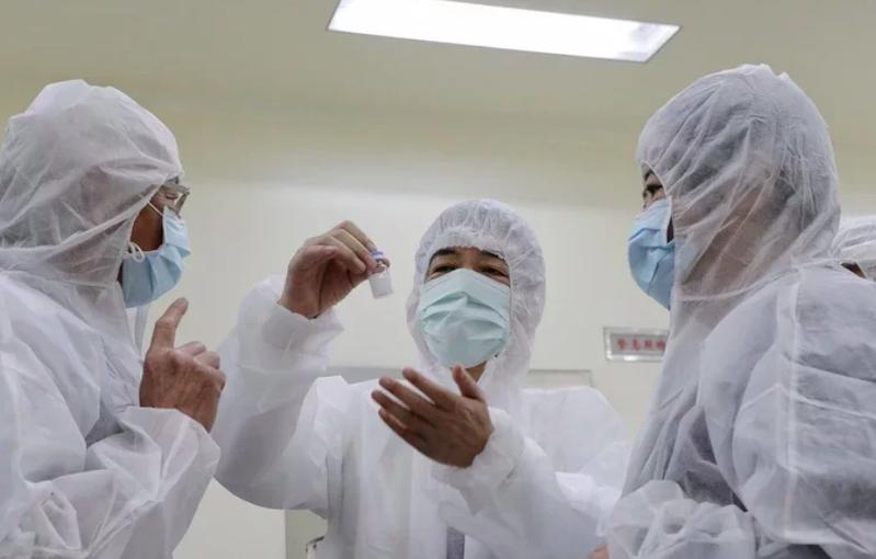 疫情持續延燒,被政府寄予厚望國產疫苗高端研發的MVC-COV1901今進行二期臨床實驗解盲,並宣布解盲成功。圖/總統府提供