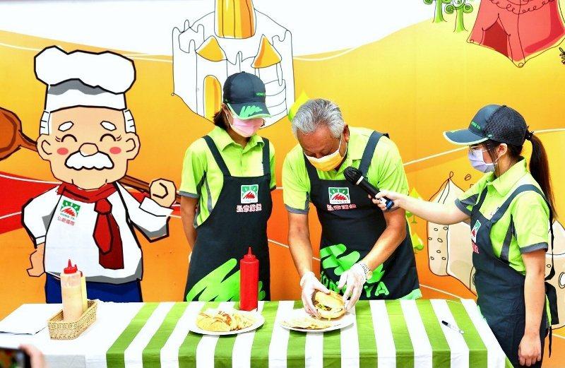 弘爺漢堡董事長許倉賓示範美味漢堡製作撇步。 業者/提供