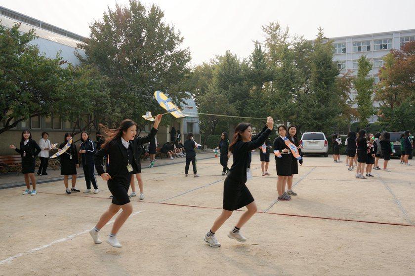 韓國德成女中歷史悠久,學生熱情活潑。 醒吾科大/提供