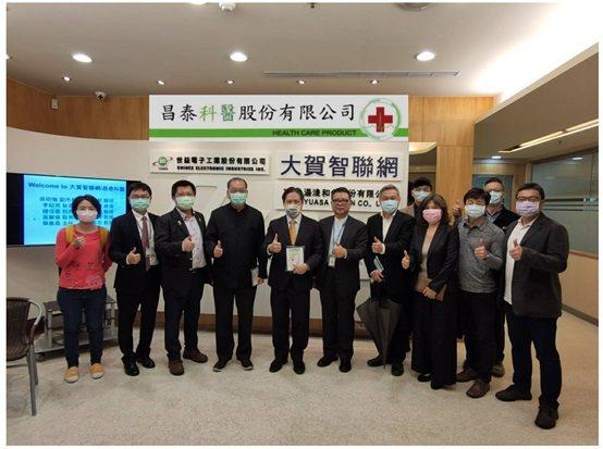 前任新北市副市長吳明機及與會人員,於會議後的合影。 昌泰科醫/提供