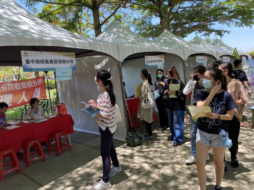 亞大就業博覽會,因疫情職場需求,吸引20家醫院及醫療院所機構來校求才。亞大/提供