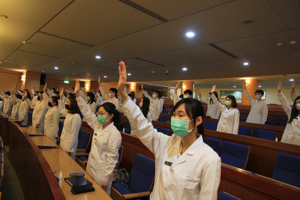 元培醫技系三年級學生即將進入醫院實習宣示奉獻所學。 元培/提供