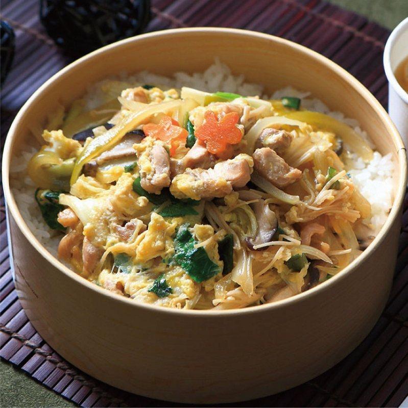 日式親子丼,滑嫩的雞肉、蛋、洋蔥配料,飽滿覆蓋在越光米上,搭配主廚秘製醬汁,讓人...