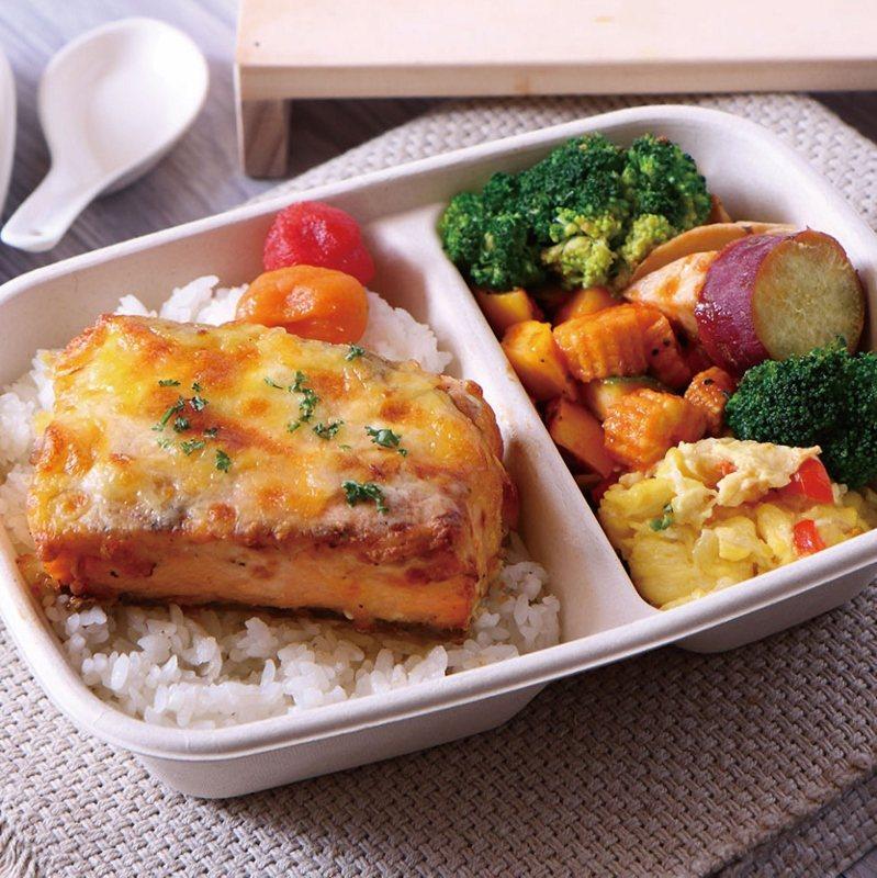 起士鮭魚排便當,口感清爽卻有滋有味的起士烤鮭魚排,搭配季節時蔬與配料,營養與美味...