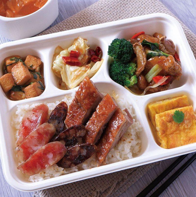 港式燒臘便當,烤鴨搭配肝腸、臘腸雙拼,及三杯魚、宮保高麗菜、雪菜豆腐與菜脯蛋等豐...
