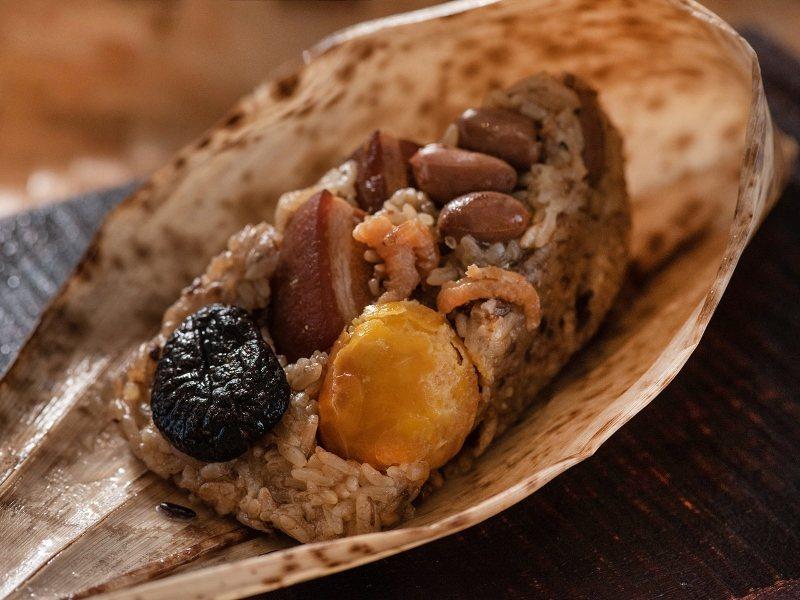 「傳統北部粽」集結傳統美味三層肉滷肉、鈕扣菇、鹹蛋黃等,帶來懷舊的在地佳節滋味。...