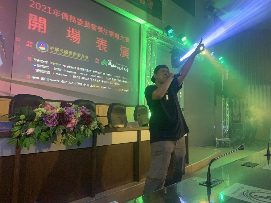 頒獎典禮現場,由學生開場演出。 黃啟銘/攝影。