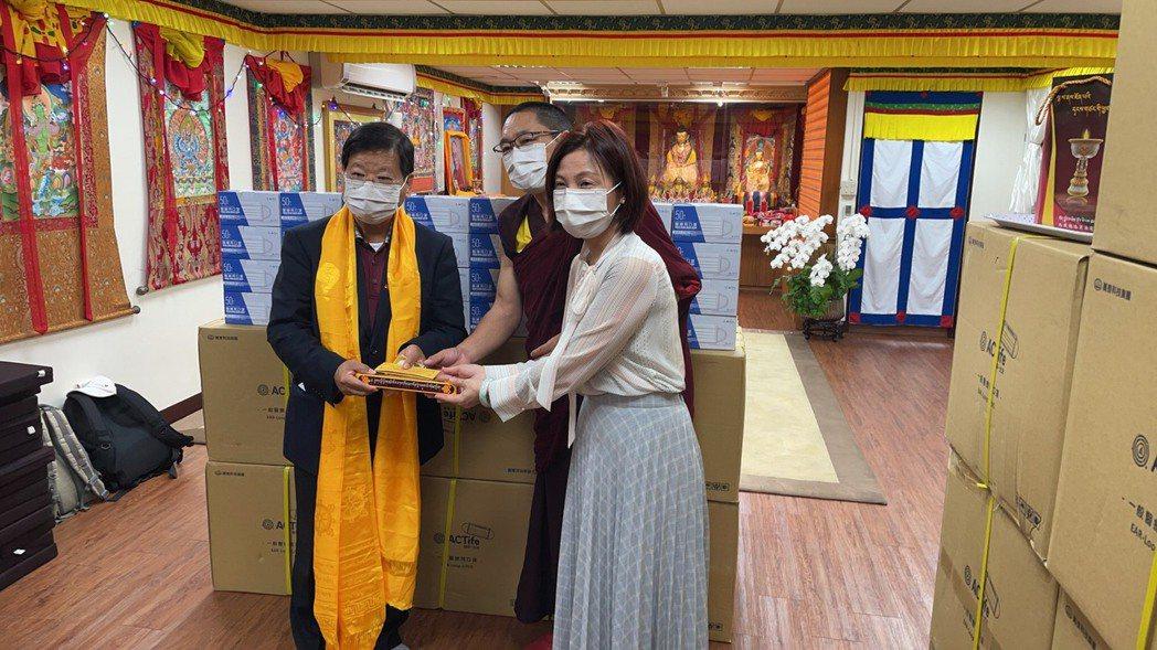 萬泰科技董事長張銘烈(左)捐贈10萬片ACT抗病毒口罩。 萬泰科技/提供