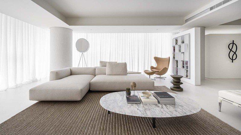 住宅整體以白色基底打造,設計團隊運用多種不同肌理的白色材料,曖昧卻深刻的刻劃出空間的表情張力。