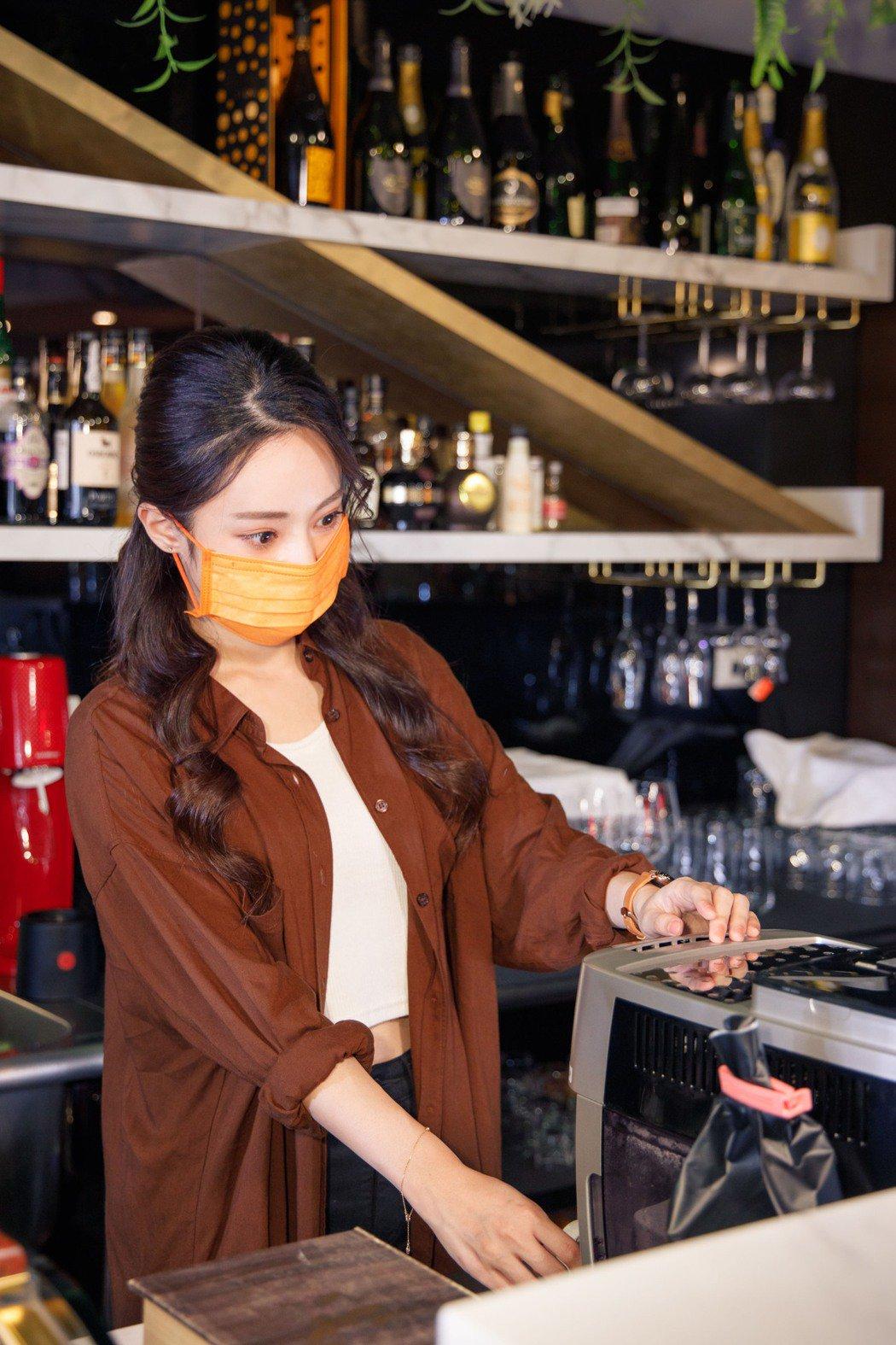 安婕希在「不想努力了」MV飾演咖啡店店長。圖/好舒服音樂提供