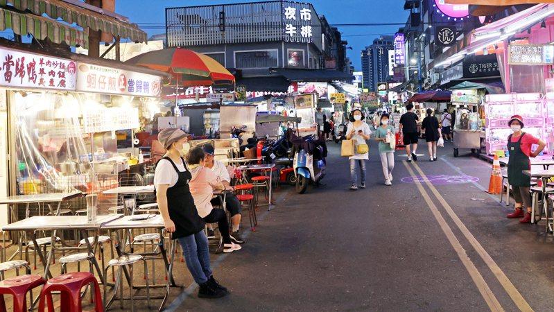 宜蘭羅東爆發五人不明感染源群聚事件,羅東夜市入夜後人潮明顯銳減,店家站在門口,神情相當無奈。記者潘俊宏/攝影