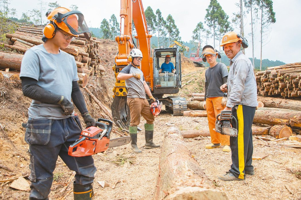 既伐木也種樹 正昌製材師傅許宏志(右)趕在退休前將集材技術傳承給徒弟。記者曾原信...