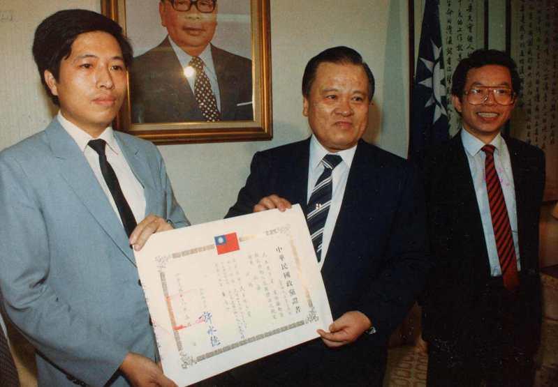 內政部長許水德(中)在內政部頒發第0一六號政黨證書給民進黨,由該黨祕書處主任鄭寶清(左)代表接受。圖/聯合報系資料照片