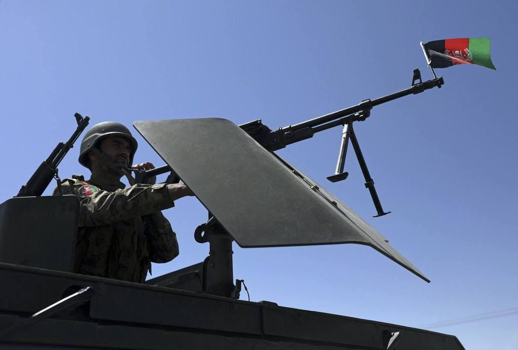 圖為2021年4月21日,阿富汗安全部隊駐守賈拉拉巴德的檢查站。(美聯社)