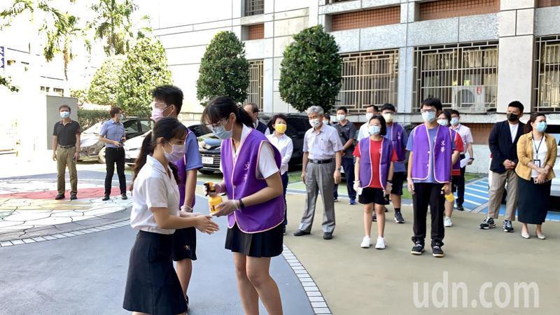 5月15、16日國中教育會考照常舉行。台中市長盧秀燕今天一早到文華高中視察模擬試場校園防疫。記者喻文玟/攝影