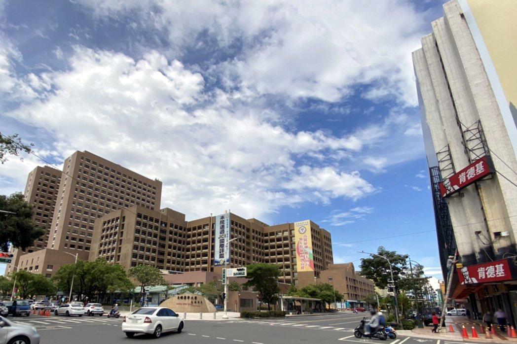 高雄醫學大學附設醫院周邊住宅每坪單價從14萬漲至16.9萬,漲幅21%。圖/台灣...
