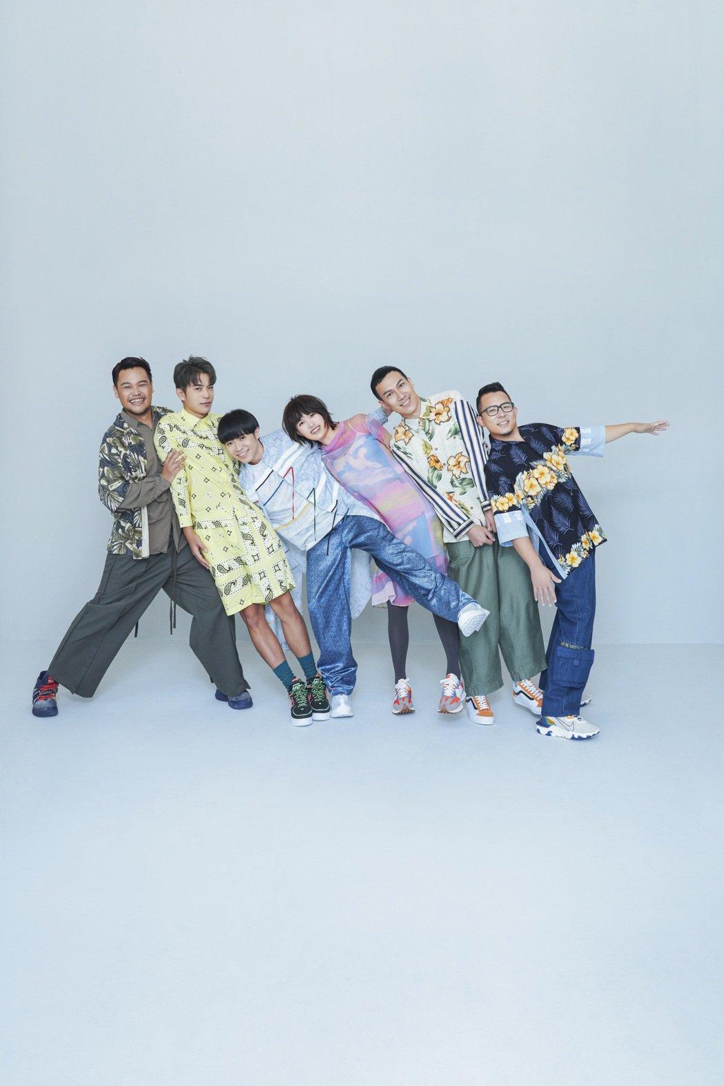 從蘇打綠變成魚丁糸,6位成員感情依舊深厚,也心疼吳青峰(左三)都自己扛著壓力。圖