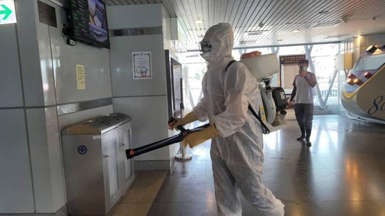 基隆巿環保局今天上午在基隆火車站大消毒。記者游明煌/攝影