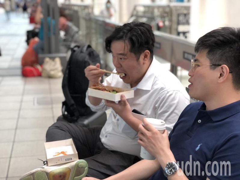 防疫升級,高鐵列車上禁止飲食,乘客搭車前趕緊先吃完手邊的便當。記者王慧瑛/攝影