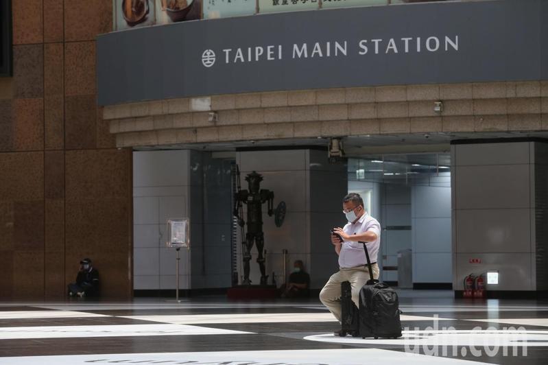 中央流行疫情指揮中心昨天宣布,國內新增7名新冠肺炎本土確診個案,其中包含社區不明感染源個案,疫情拉警報,位於大台北交通樞紐的台北火車站今天上午人潮顯的未如以往繁忙。記者邱德祥/攝影